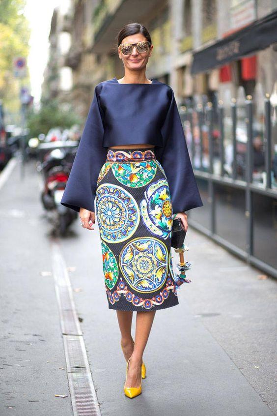 Девушка выбрала синюю атласную блузку с пышными рукавами, юбку-карандаш длины миди с узорами и желтые лодочки на каблуке.
