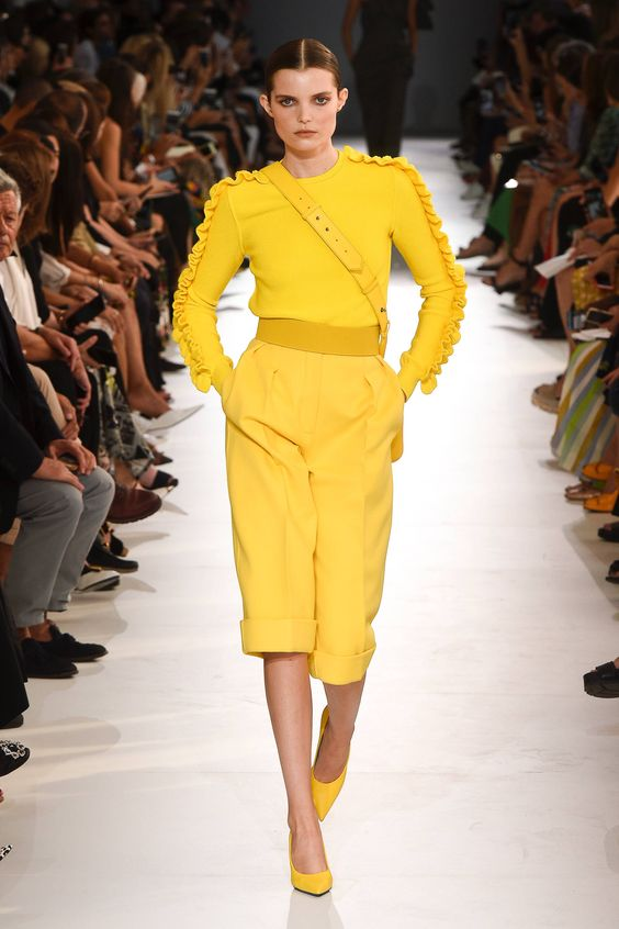Желтый комбинезон в сочетании с желтыми лодочками.