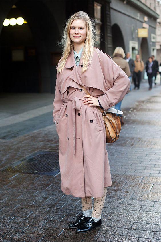 Нежно-розовый тренч в сочетании с черными оксфордами и поясной коричневой сумкой.