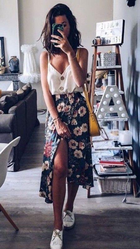 Белая блузка на тонких бретелях, цветочная юбка с оборками и разрезом ниже колена, желтая кожаная поясная сумка в сочетании с белыми оксфордами.