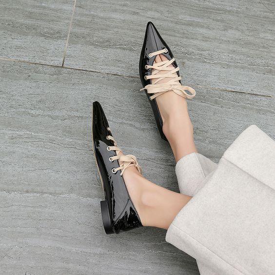 Такие лаковые туфли на маленьком широком каблуке и шнуровкой можно надевать с свободными брюками, юбкой-миди и платьем.
