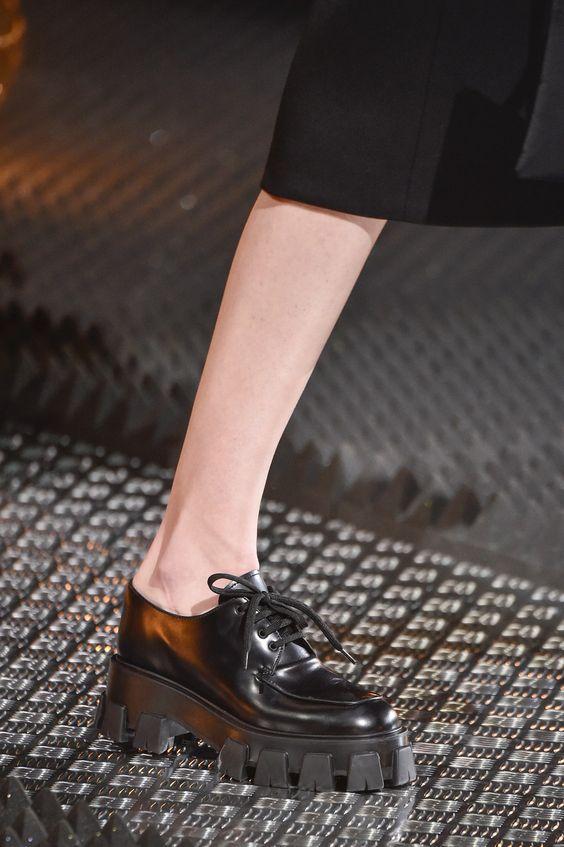 Кожаные полуботинки на рифленой подошве со шнурками носите с брюками классического кроя, прямыми джинсами, брючными костюмами и свободными пальто