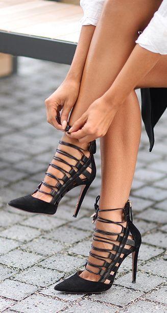 Такие туфли со шнуровкой, каблуком и заостренным носом надевайте под коктейльные и вечерние платья, юбки и блузки необычного фасона.