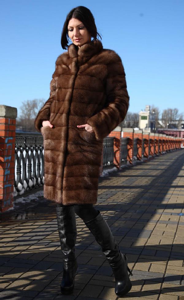 Прямая шуба из норки – лучший выбор под высокие сапоги для зимы на шпильке