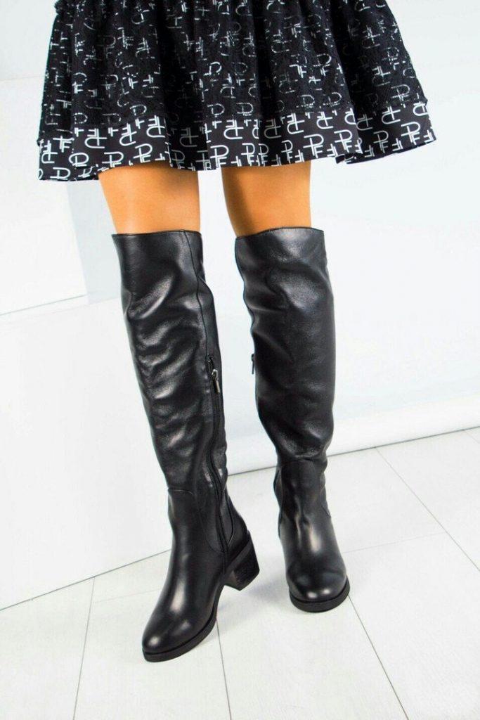 Кожаные зимние ботфорты на устойчивом каблуке гармоничны в тандеме и с расклешенной юбкой, и с зимним пальто