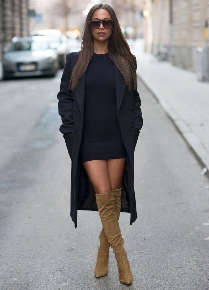 Зимние сапоги на каблуке формируют классические образы с длинным пальто и короткой юбкой