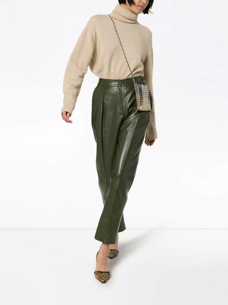 Бежевый свитер дополняют брюки болотного оттенка, туфли и маленькая сумочка
