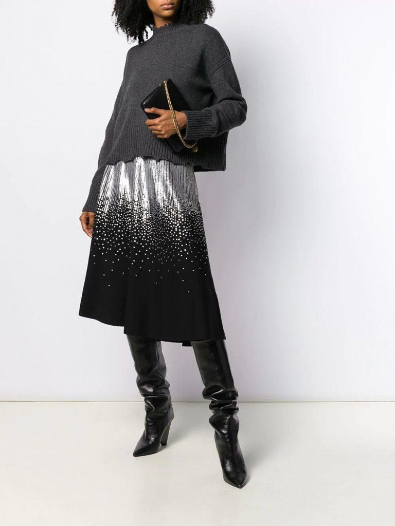В комплекте свитер свободного кроя, клатч, юбка с пайетками и сапоги