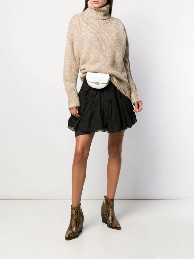 В комплекте свитер, сумка-пояс, платье в оборку и сапоги-казаки со змеиным принтом