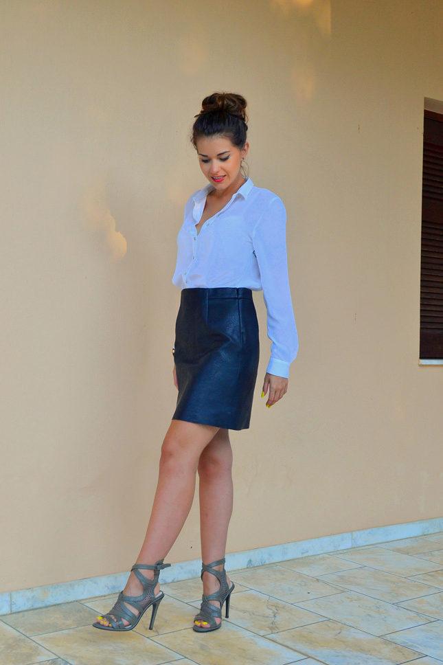 Нетривиальный комплект – нежно-голубая рубашка и ярко-синяя кожаная юбка