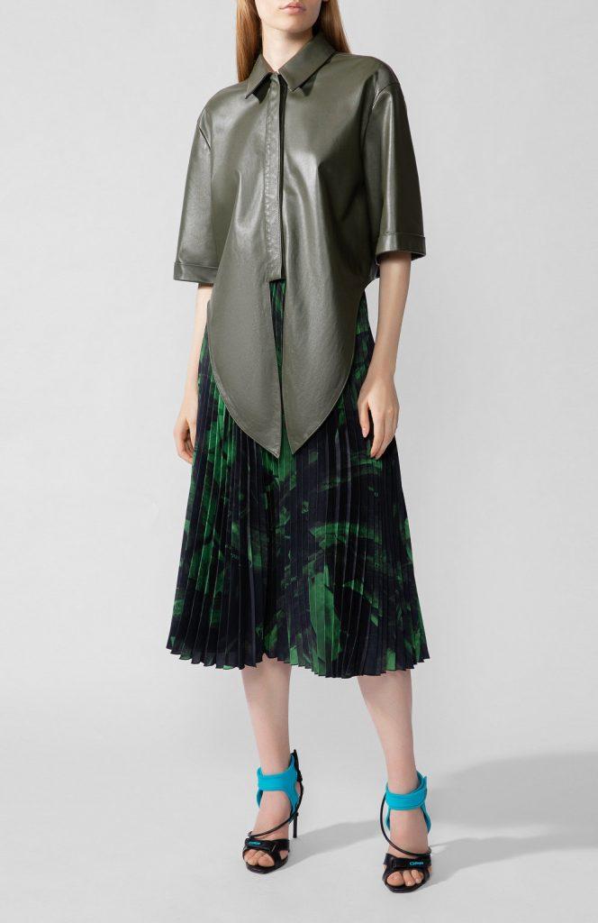 Неожиданная пара – кожаная рубашка цвета хаки и плиссированная юбка из мягкой ткани