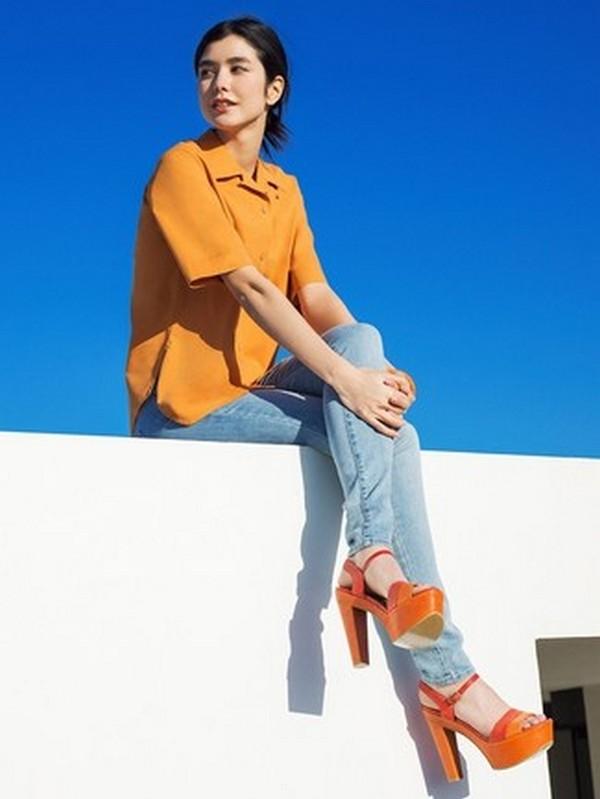Джинсы – лучшая компания для рубашки горчичного цвета