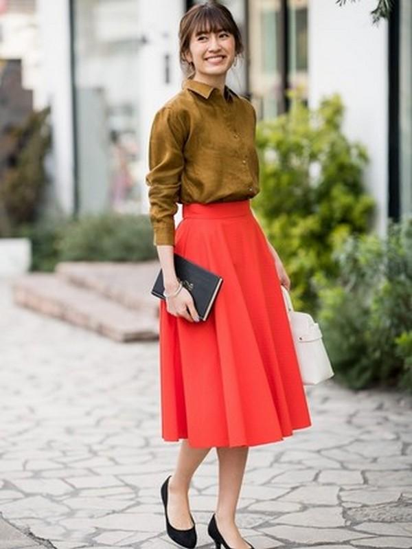 Стильная капсула – ярко красная расклешенная юбка и горчичная рубашка с длинным рукавом