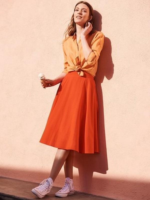 Оранжевая рубашка и расклешенная юбка на тон темнее – гармоничный сет в городском стиле