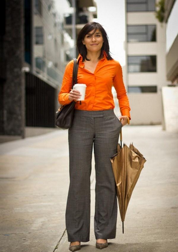 Оранжевая классическая рубашка и серые брюки – эффектный комби в стиле смарт кэжуал