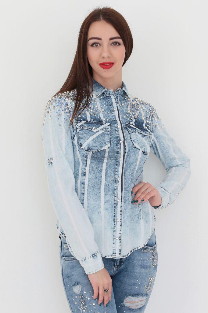Рубашка может быть украшена стразами и бисером по всей поверхности или на отдельных деталях