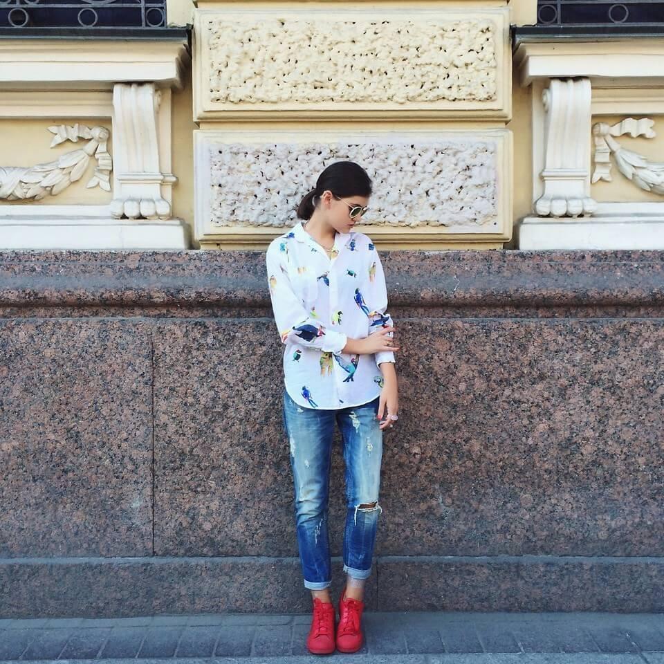 Рубашка с необычным принтом, рваные джинсы и яркие кеды – завершенный образ в стиле кэжуал