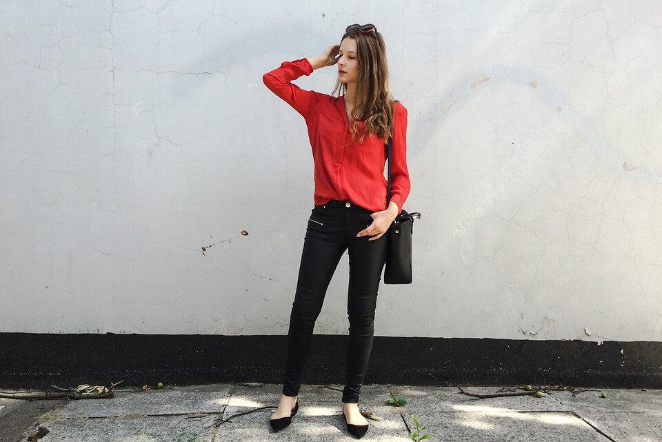 Красная рубашка – лучшее дополнение повседневного аутфита с черными зауженными брюками и балетками