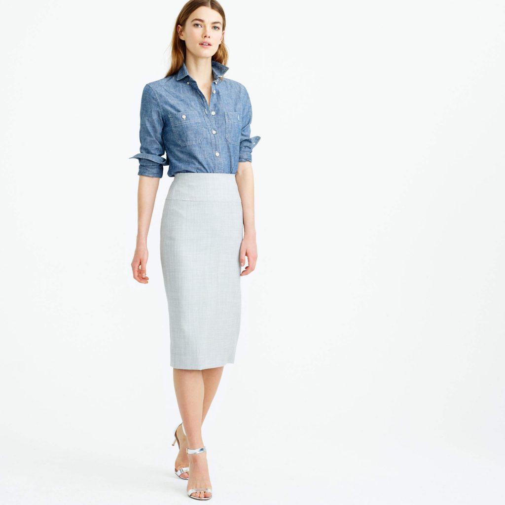 Юбка-карандаш в паре с классической синей рубашкой – гармоничный образ в деловом стиле