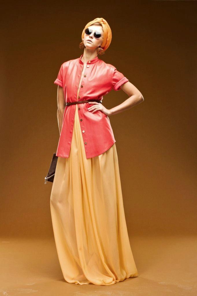 Удлиненная рубашка с ремешком и юбка макси – гламурный аутфит для клубной вечеринки