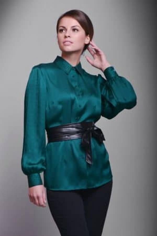 Рубашка с широким мягким поясом и облегающие брюки – женственный ансамбль для романтических встреч