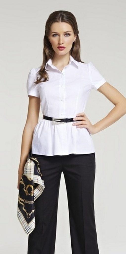 Стильный офисный лук – черные брюки со стрелками и белая блузка с баской и ремешком