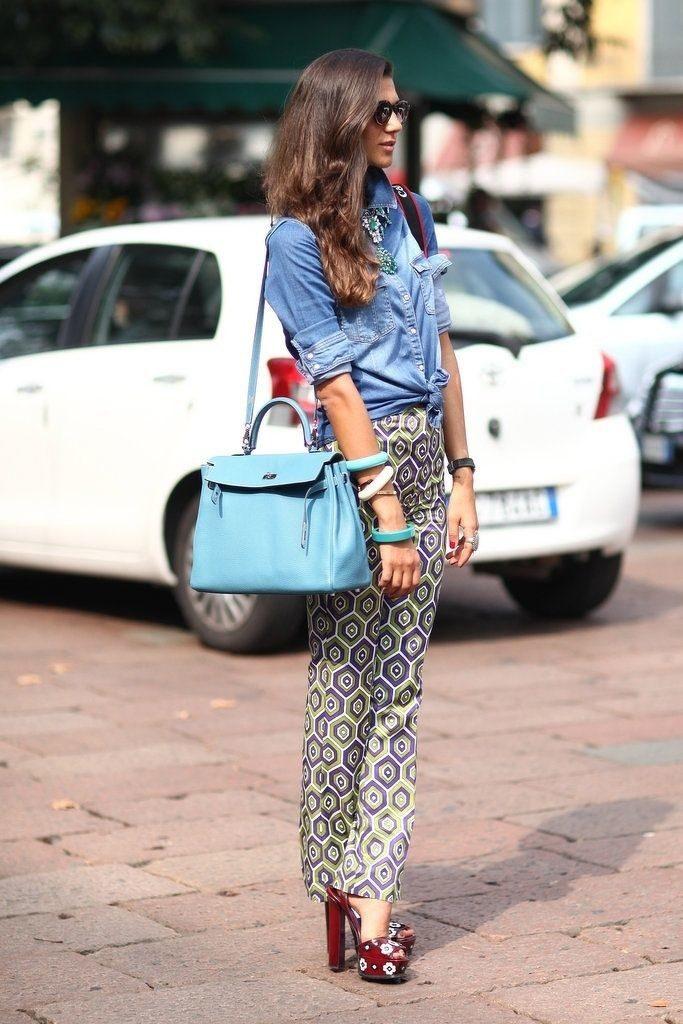 Джинсовая рубашка и брюки с принтом – яркий сет для лета и теплой осени