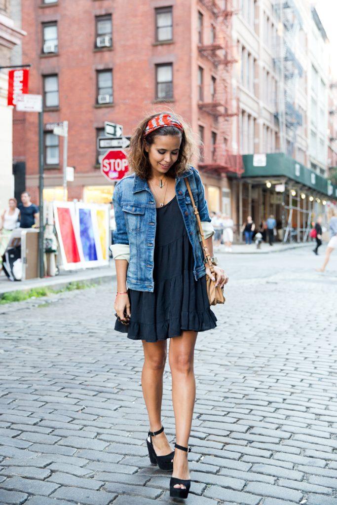 Джинсовая рубашка в дуэте с легким платьем мини и босоножками на каблуке – привлекательный аутфит в стиле кэжуал