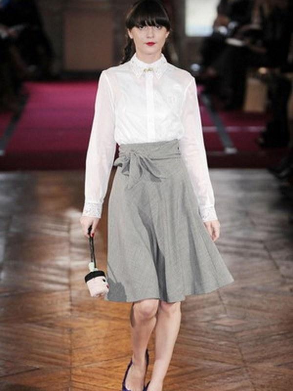 Элегантный микс белой хлопковой рубашки и юбки-колокол для официального мероприятия