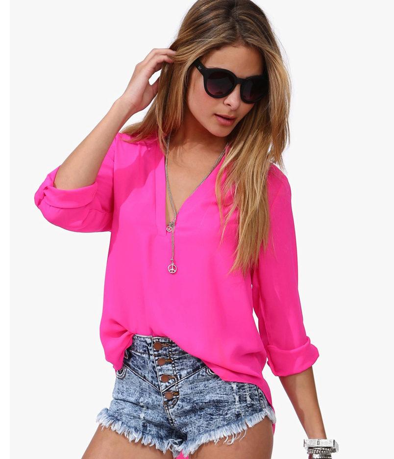 Юные и смелые выбирают микс из укороченных шорт и ярко-розовой просторной рубашки