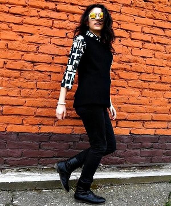 Рубашка с черно-белым геометрическим принтом отлично сочетается с черными брюками и ботинками