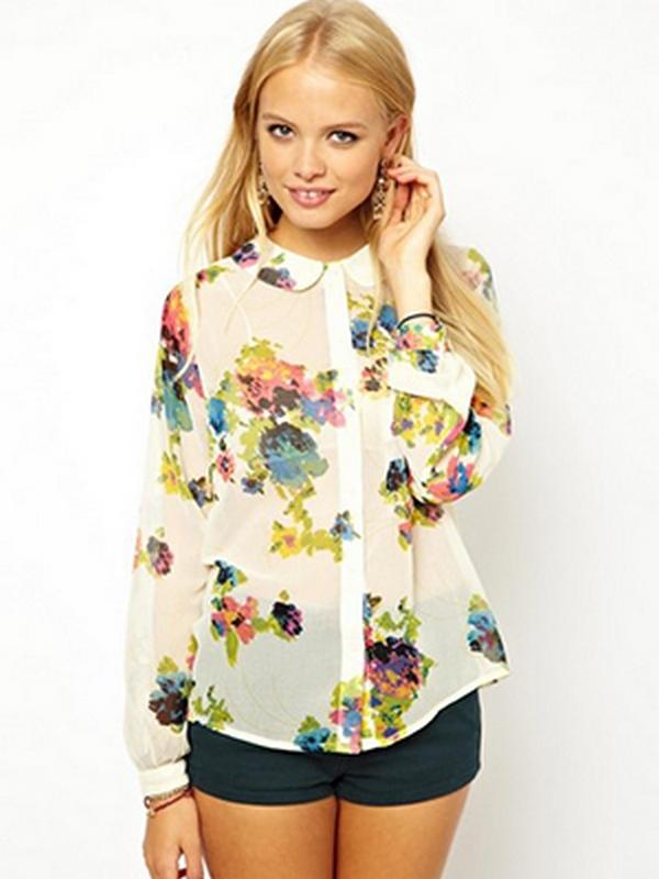 Рубашка в крупные цветы хорошо сочетается с укороченными хлопковыми шортами