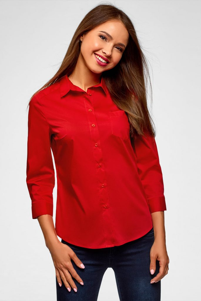 Оригинально выглядит красная рубашка в ансамбле с синими джинсами