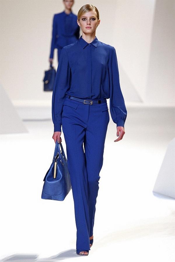 Оригинальный монолук синего цвета – вариант для деловых капсул и походов в офис