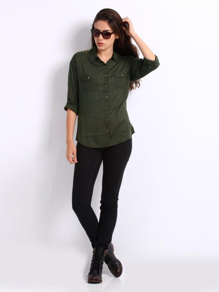Модницы выбирают повседневный комплект из зеленой рубашки, черных брюк и кожаных ботинок на шнурках