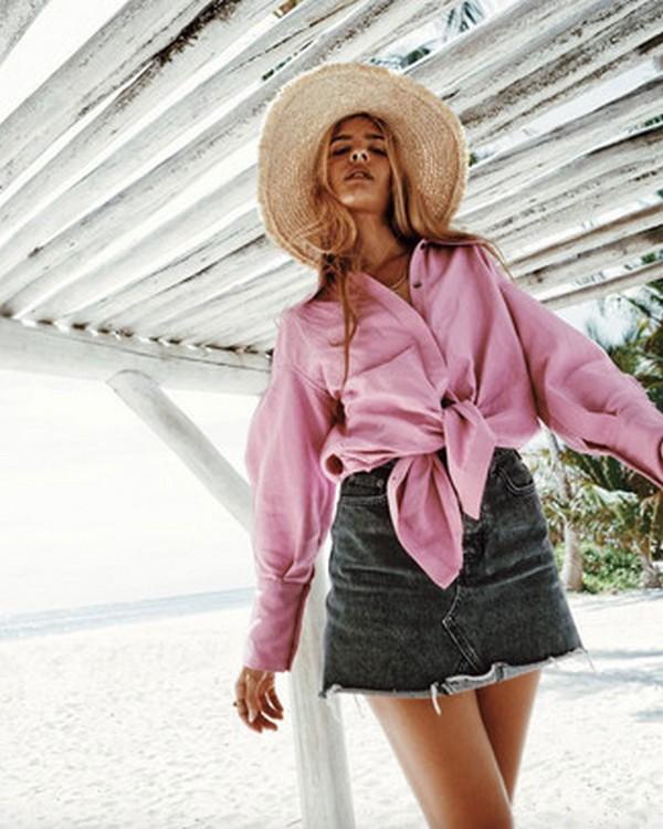 Черная джинсовая юбка, розовая рубашка и соломенная шляпка – привлекательный летний аутфит