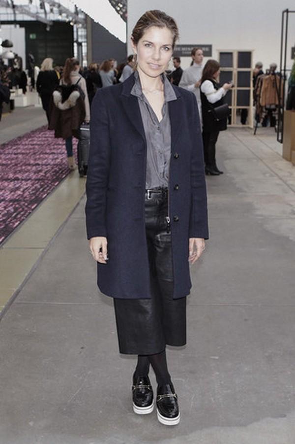 Серая рубашка органично сочетается с одеждой черного и темно-синего цветов