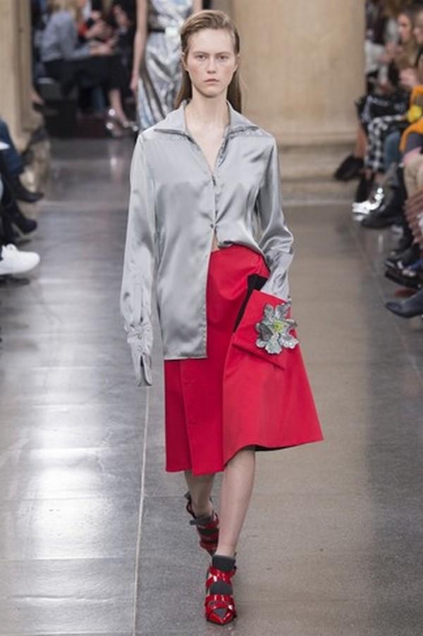 Необычное сочетание – серая рубашка и юбка в складку ярко-красного цвета