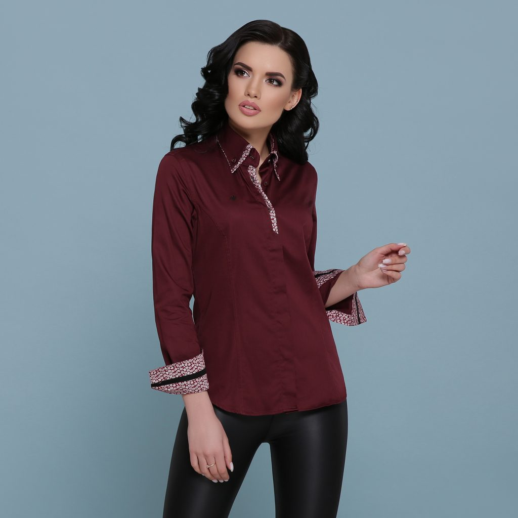 Бордовая рубашка и черные леггинсы – элегантный повседневный лук