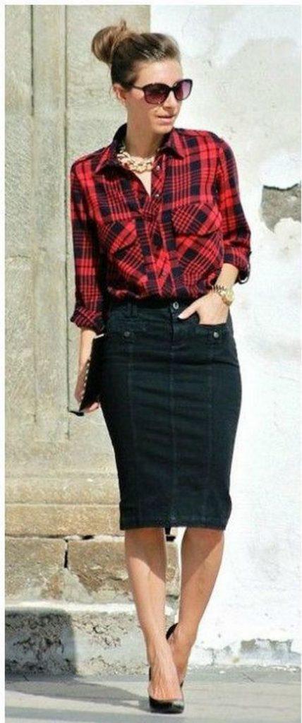 Бордовая рубашка в клетку отлично миксуется с черной джинсовой юбкой-карандаш длины миди