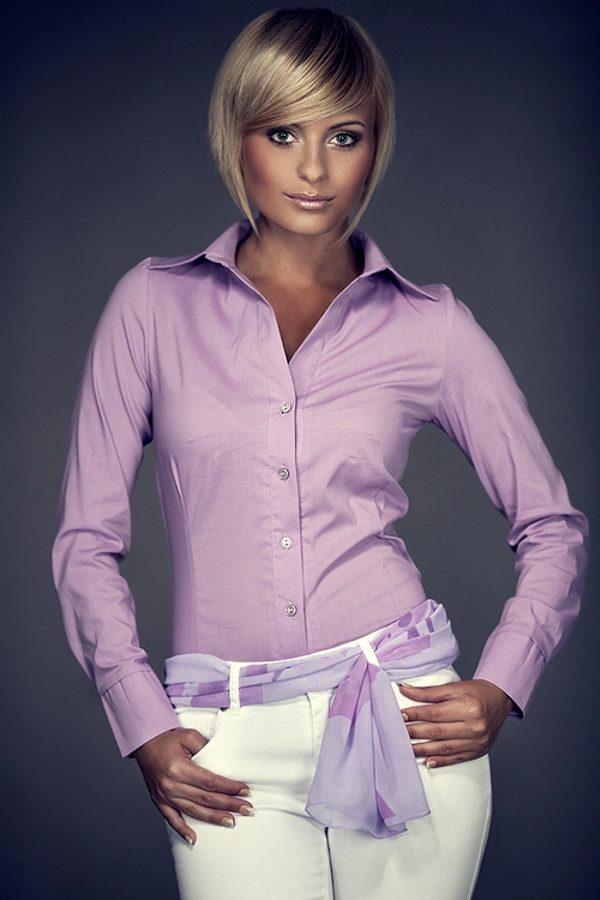 Романтический лук можно собрать из фиолетовой рубашки и белых брюк, дополненных мягким пояском в таком же цвете