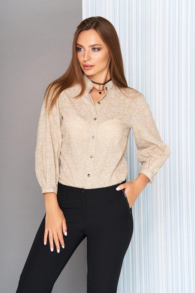 Мягкий оттенок бежа рубашки уравновешивает кардинальный черный цвет брюк в деловом сете