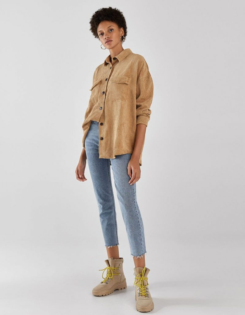 Ансамбль на каждый день – бежевая рубашка и голубые короткие джинсы