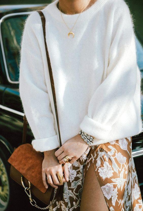 Белый свитер в сочетании с коричневым атласным платьем с разрезом и цветочным принтом. Образ дополнен аксессуарами.
