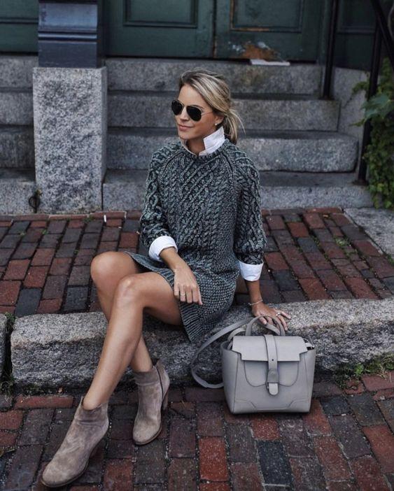 Белая рубашка в сочетании с серым платьем-свитером крупной вязки, светло-коричневыми замшевыми ботинками на каблуке, очками и серой сумкой.