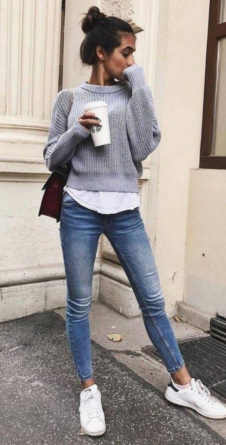 Белая рубашка без воротника в сочетании с серым укороченным свитером, синими скинни и белыми кроссовками.