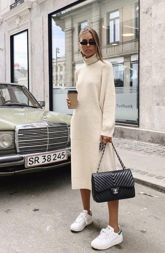 Белое объемное платье-оверсайз в сочетании с аккуратными белыми кроссовками, солнцезащитными прямоугольными очками и большой черной сумкой.