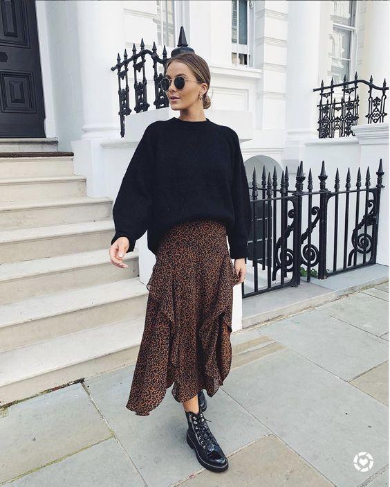 Черный свободный свитер в сочетании с шифоновой леопардовой юбкой с воланами длины миди, черными лаковыми ботинками на шнуровке и круглыми очками.