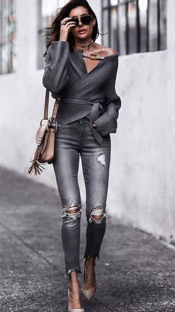 """Девушка надела серый свитер с поясом и воротником """"лодочка"""", серые джинсы скинни, бежевые лодочки на каблуке с заостренным носом. Образ дополняет бежевая поясная сумка, очки."""