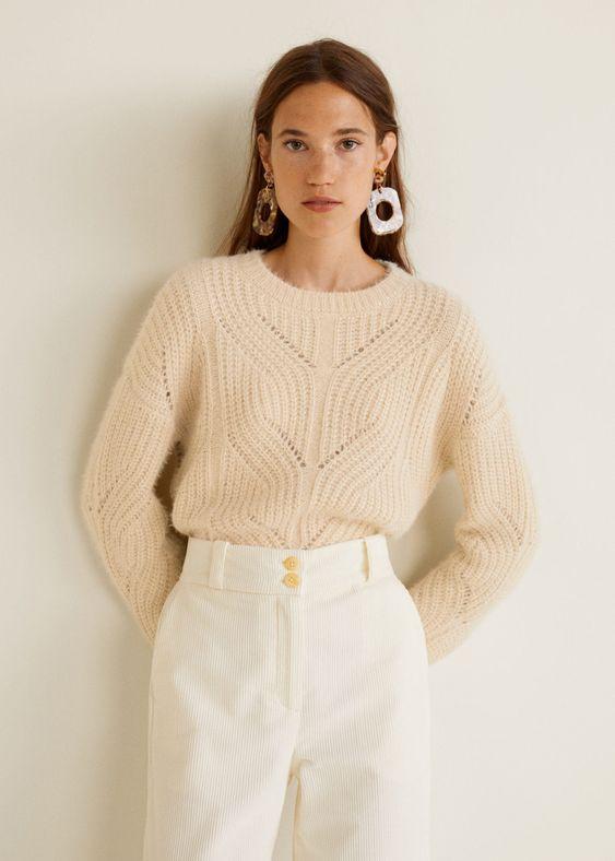 """Бежевый свитер """"косичка"""" в сочетании с белыми велюровыми брюками прямого кроя. Образ дополнен аксессуарами."""